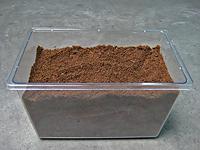 幼虫飼育のエサ交換、発酵マットを詰めたところ
